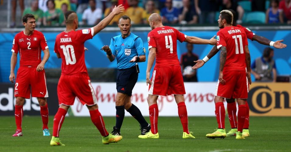 Jogadores da Suíça reclamam após o árbitro marcar pênalti a favor da França na Fonte Nova