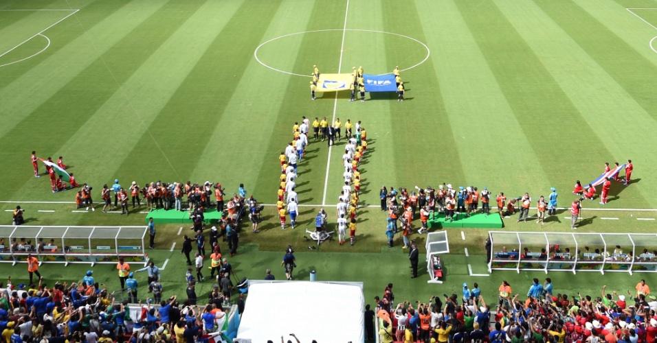 Jogadores de Itália e Costa Rica entram no gramado na Arena Pernambuco