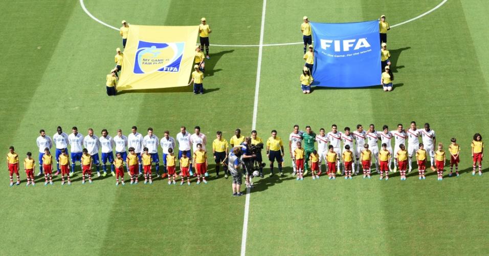 Jogadores de Itália e Costa Rica ficam perfilados para a execução dos hinos nacionais