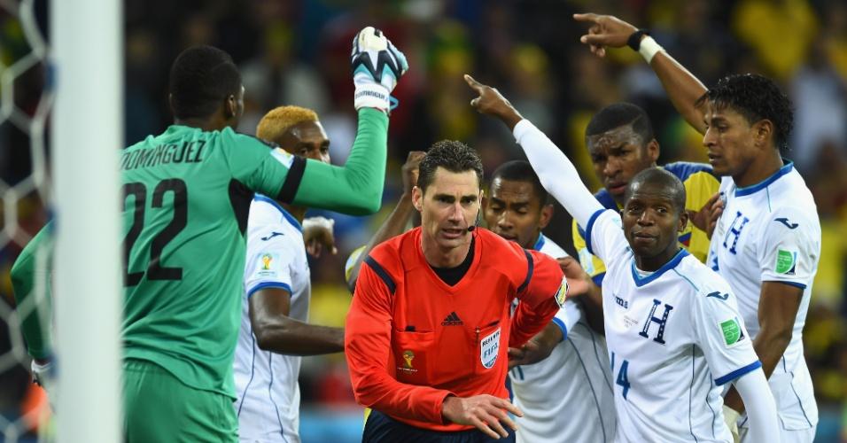 Jogadores hondurenhos reclamam com o árbitro Benjamin Williams