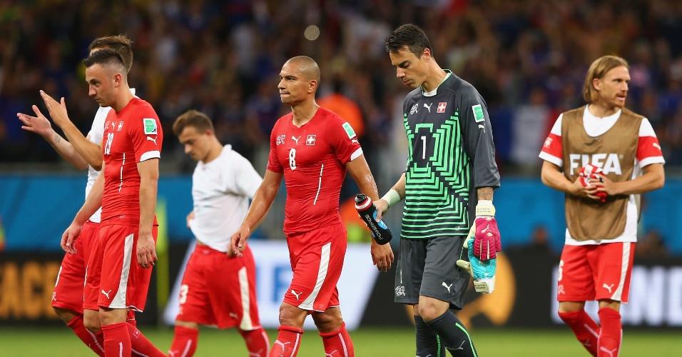 Jogadores suíços deixam o gramado cabisbaixos após a derrota para a França por 5 a 2 na Fonte Nova