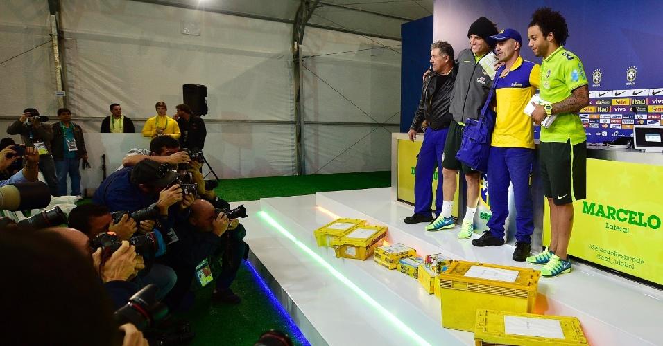 Jornalistas se aglomeram para tirar fotos de Marcelo e David Luiz durante entrevista coletiva na Granja Comary