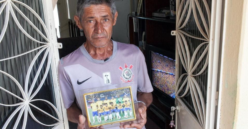José Paulo Bezerra Maciel, pai do jogador Paulinho, meia da seleção brasileira, em frente da sua casa minutos antes do incio da partida do Brasil contra o México