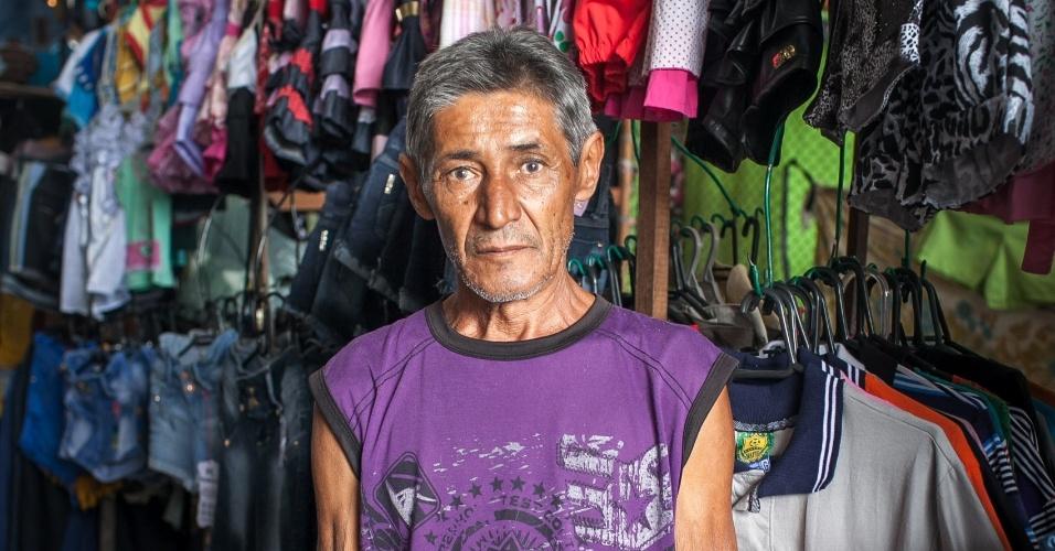 José Paulo Bezerra Maciel, pai do meia da seleção Paulinho, na sua barraca de roupas no Mercado da cidade de Pesqueira, antiga fabrica da Peixe