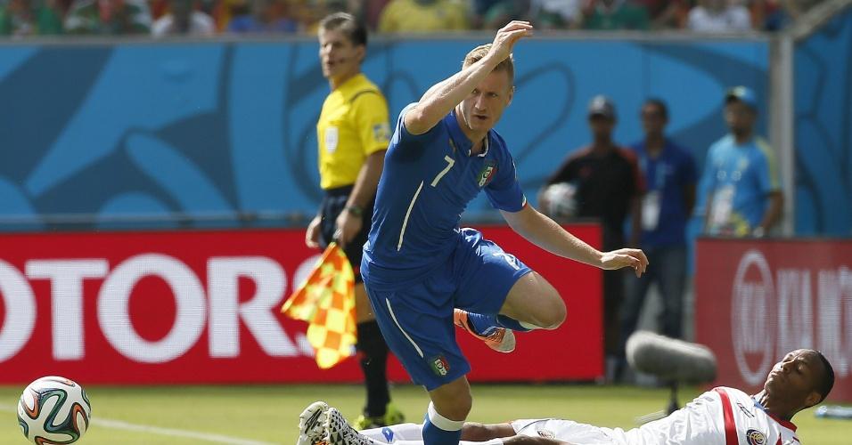 Junior Diaz, da Costa Rica, cai após forte disputa de bola com Abate, da Itália