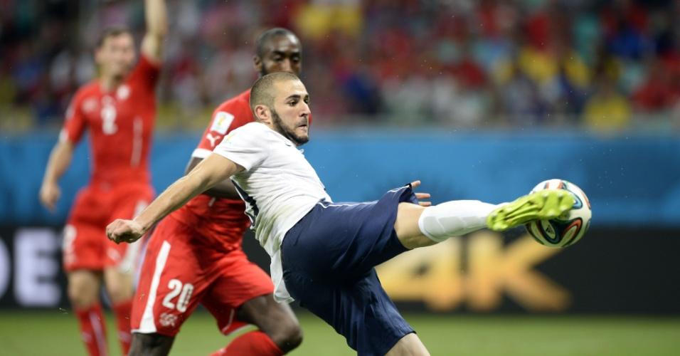 Karim Benzema chuta firme para marcar o quarto gol da França contra a Suíça, na Fonte Nova