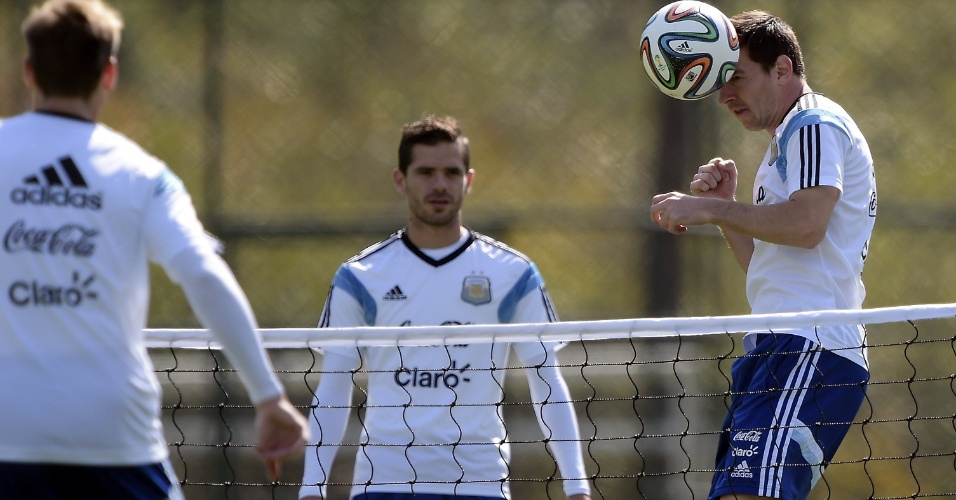 Lionel Messi participa de atividade durante treino da seleção da Argentina