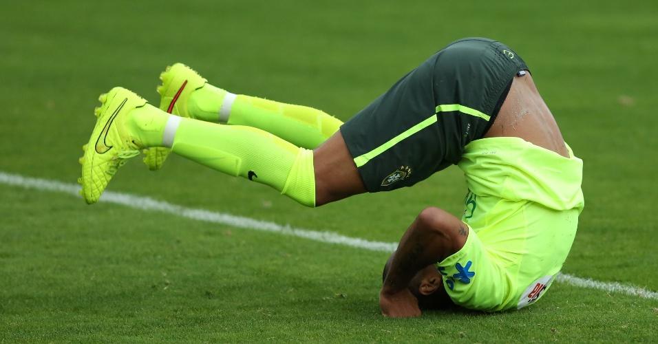 Maicon dá cambalhota durante o trabalho da seleção brasileira desta sexta-feira
