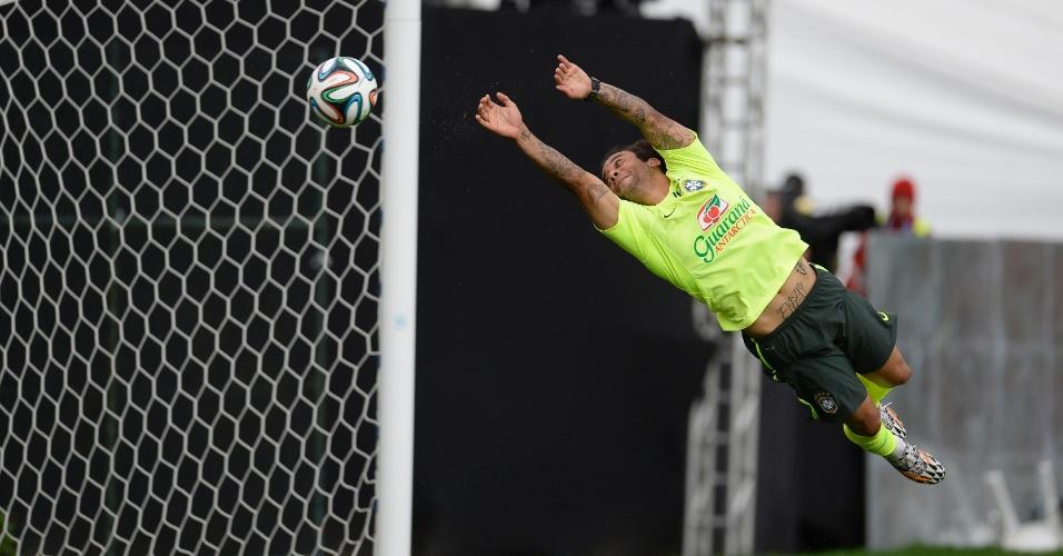 Marcelo joga no gol no treinamento do Brasil desta sexta