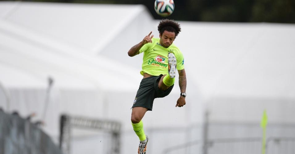 Marcelo voa para chutar bola em treino de cruzamento da seleção brasileira nesta sexta-feira