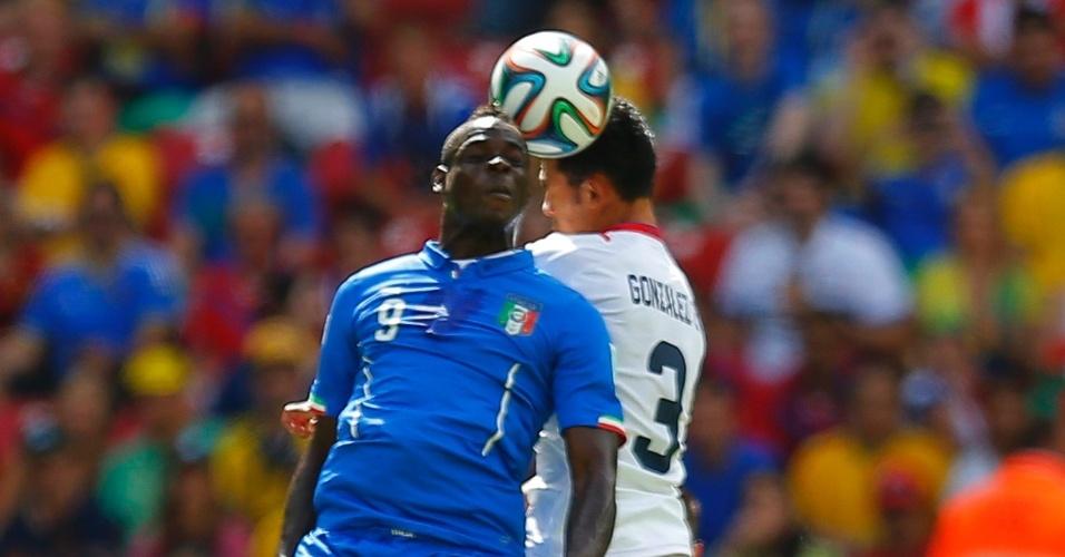 Mario Balotell sobe alto para disputar bola com o zagueiro Giancarlo Gonzalez durante partida entre Itália e Costa Rica