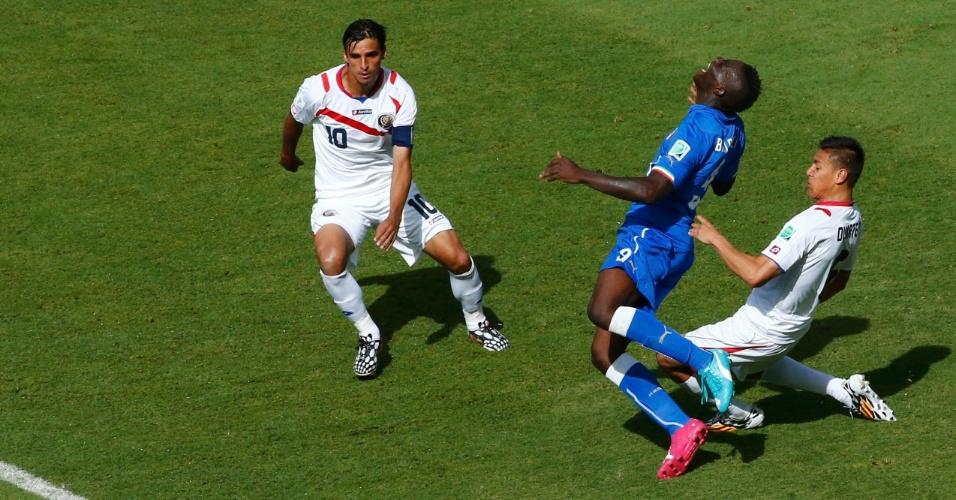 Mario Balotelli cai na área e pede pênalti; árbitro não marca durante partida entre Itália e Costa Rica