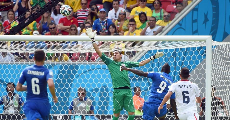 Mario Balotelli manda por cima do goleiro Keylor Navas, mas a bola acaba indo para fora durante partida entre Itália e Costa Rica