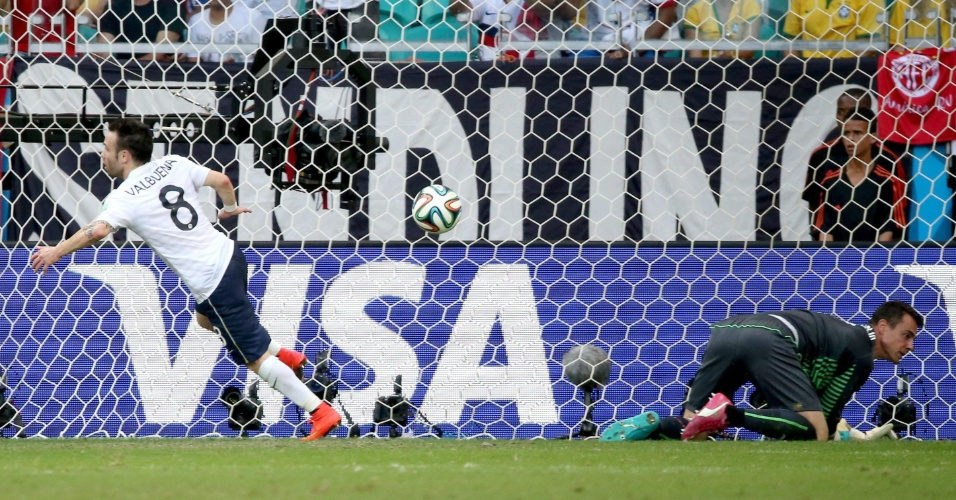 Mathieu Valbuena sai para comemorar após marcar o terceiro da França contra a Suíça, na Fonte Nova