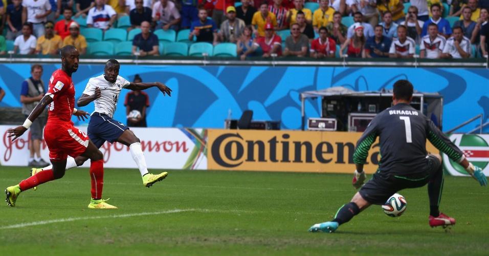 Matuidi, de branco, finaliza e marca o segundo da França contra a Suíça aos 17 minutos do primeiro tempo
