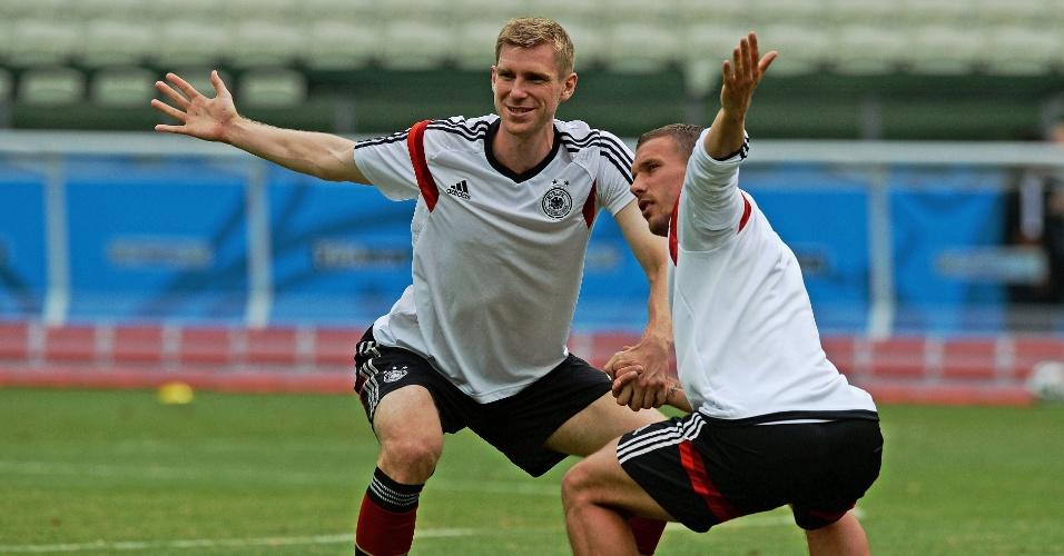 Mertesacker e Podolski fazem treinamento no Castelão, onde Alemanha e Gana se enfrentam neste sábado