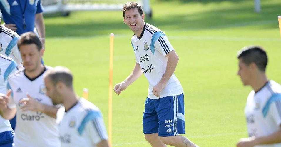Messi sorri durante treino descontraído da seleção da Argentina, nesta sexta-feira, em Belo Horizonte