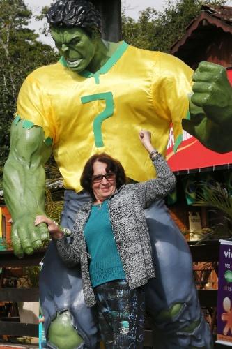 Mulher se diverte com estátua do Hulk e posa para foto