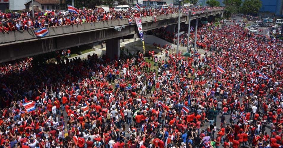 Multidão comemora a vitória da Costa Rica nas ruas de San José