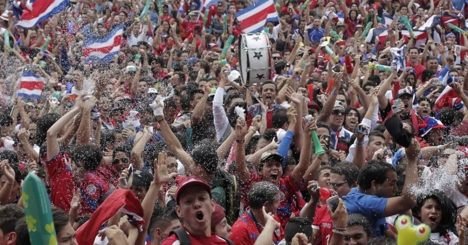 Multidão festeja vitória da Costa Rica sobre a Itália nas ruas de San José