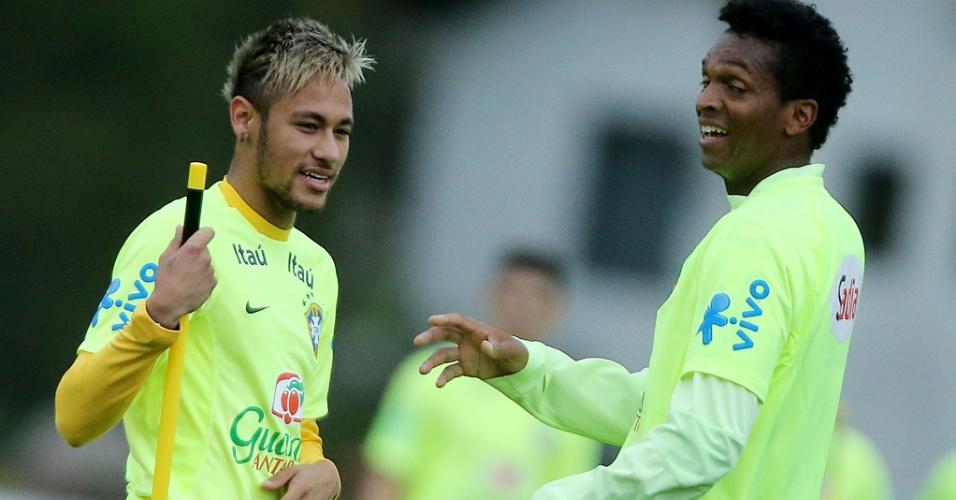 Neymar conversa com Jô durante treinamento da seleção desta sexta, em Teresópolis