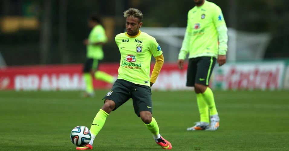Neymar domina bola em treinamento da seleção brasileira, em Teresópolis
