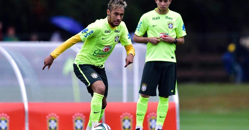 Neymar prepara bola para fazer cruzamento no treino da seleção brasileira