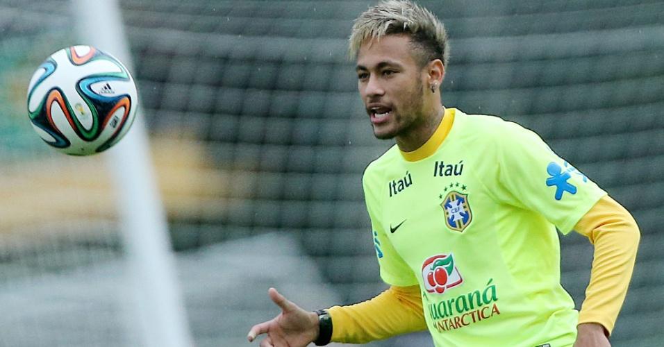 Neymar se prepara para dominar bola no treino da seleção brasileira desta sexta-feira
