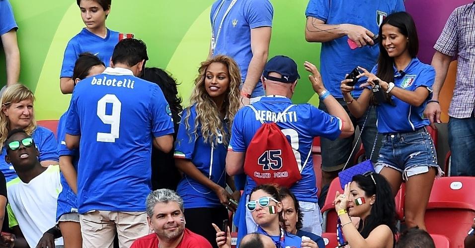 Noiva de Balotelli é tietada por torcedores da Itália na Arena Pernambuco