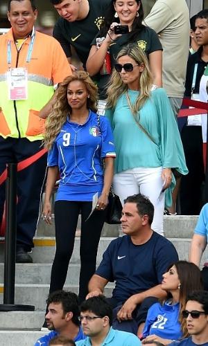 Noiva de Balotelli, Fanny Neguesha marca presença na Arena Pernambuco para Itália e Costa Rica