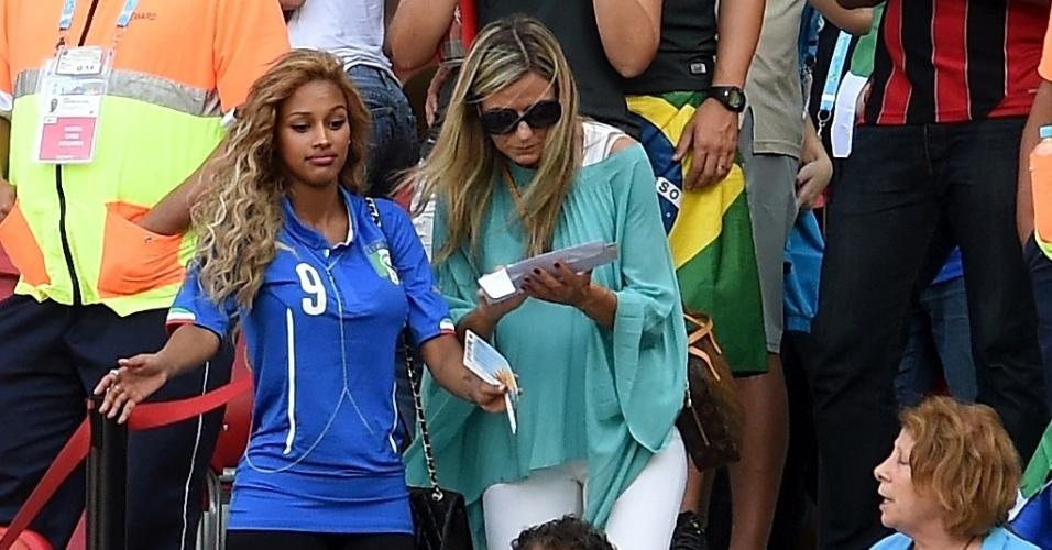 Com camisa do noivo Balotelli, Fanny Neguesha vai à Arena Pernambuco torcer pela Itália