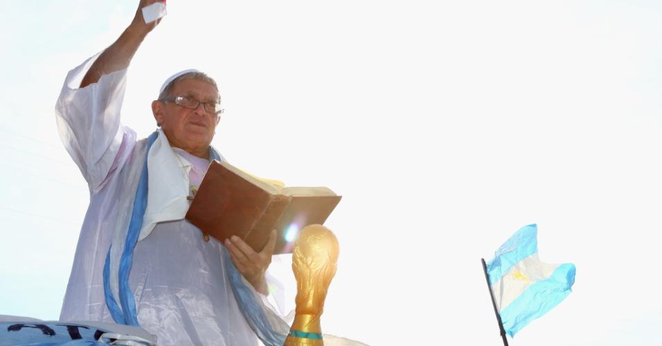 O papa Francisco sempre se declarou um fã de futebol, por isso mesmo seu sósia não poderia estar em outro lugar durante a Copa do Mundo que não em frente à Cidade do Galo abençoando o time de Messi