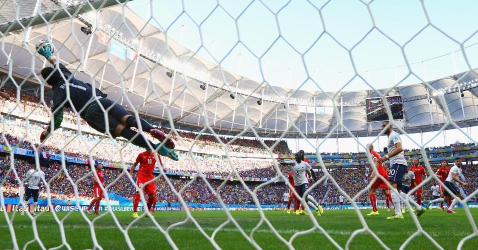 Olivier Giroud cabeceia com precisão e o goleiro suíço Benaglio não consegue impedir o primeiro gol francês