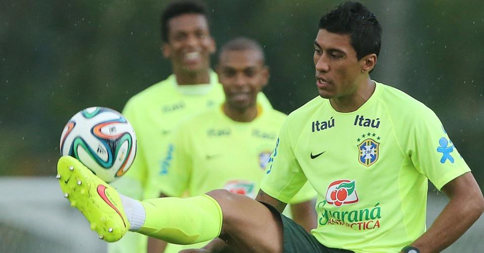 Paulinho faz domínio de bola em treinamento do Brasil nesta sexta-feira