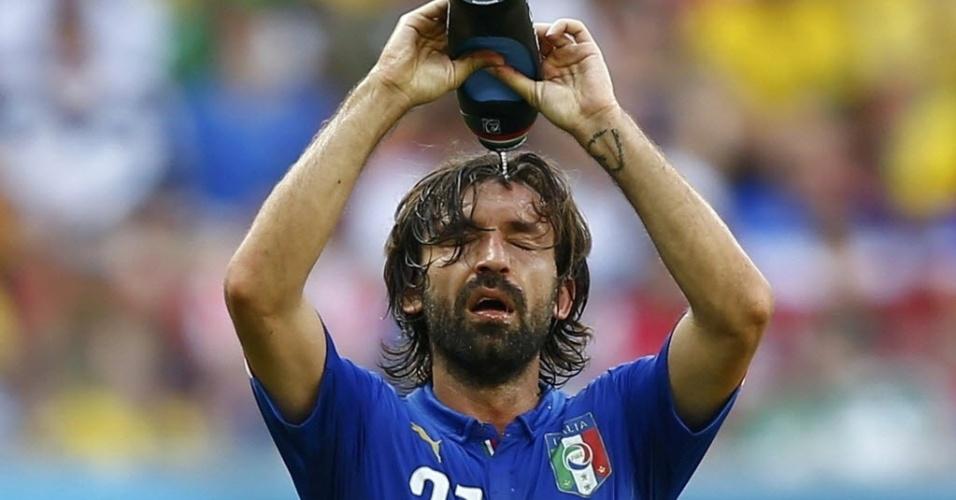 Pirlo se refresca durante partida contra a Costa Rica que eliminou a Itália da Copa