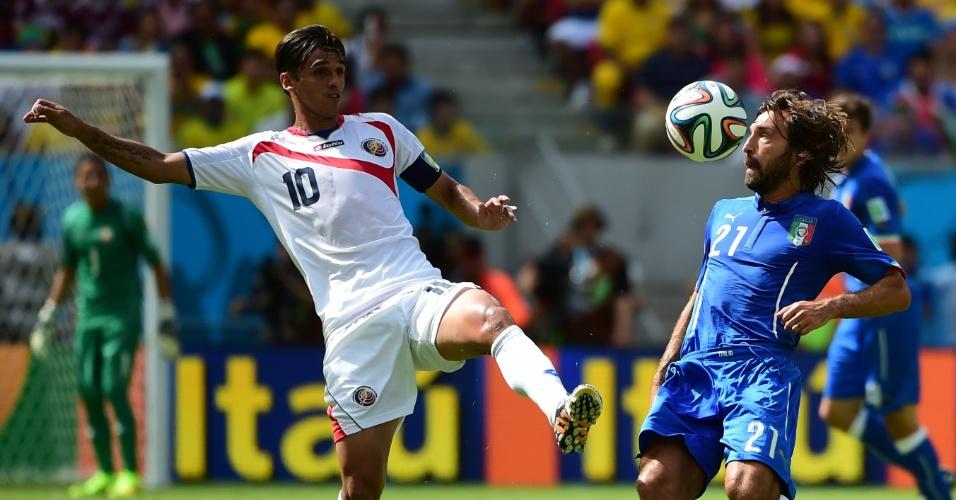 Pirlo tenta escapar da marcação de Bryan Ruiz durante partida entre Itália e Costa Rica