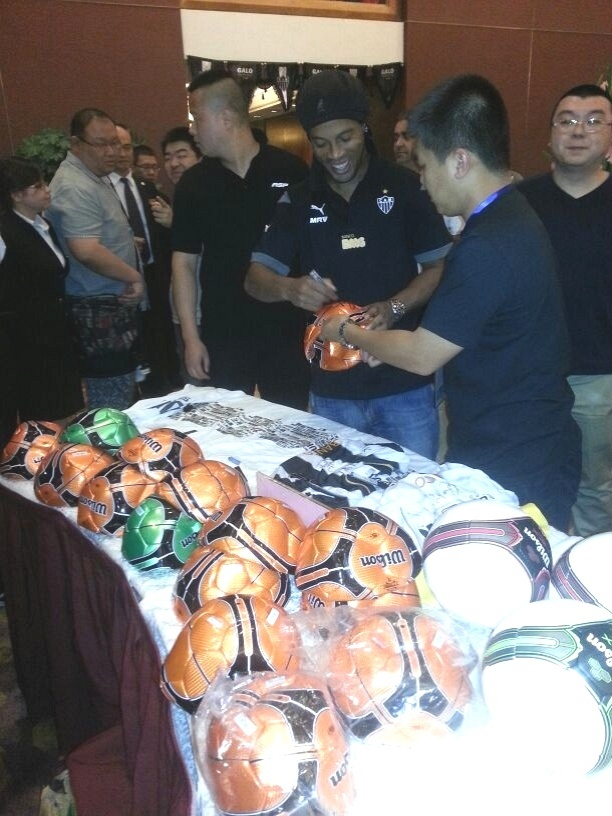 Ronaldinho Gaúcho dá autógrafo durante evento de boas-vindas ao Atlético-MG na China (20/6/2014)