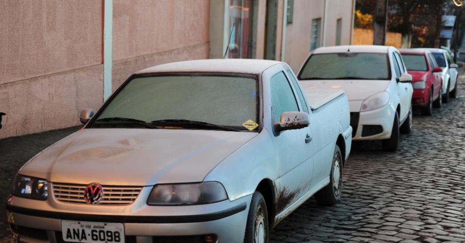 Carros amanheceram cobertos de gelo em São Joaquim, após a madrugada mais fria do ano