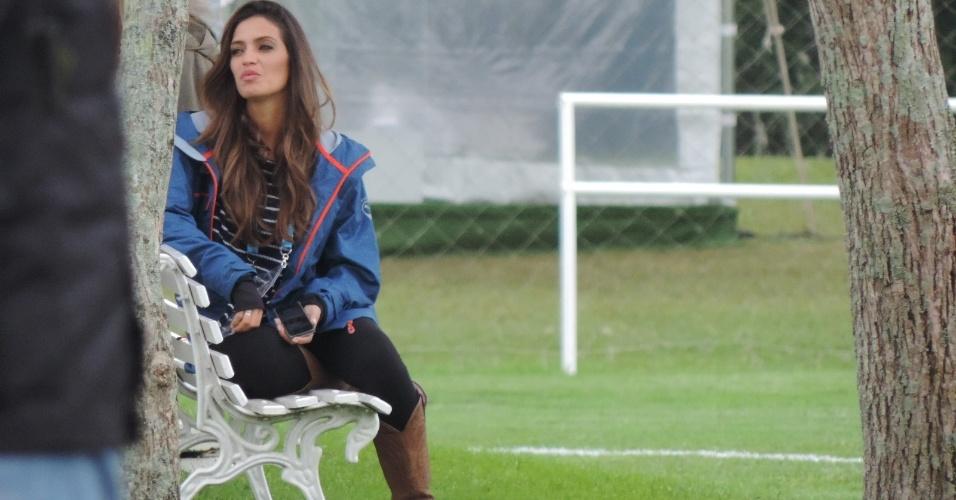 Sara Carbonero, jornalista e mulher do goleiro Iker Casillas, assiste ao treino da Espanha
