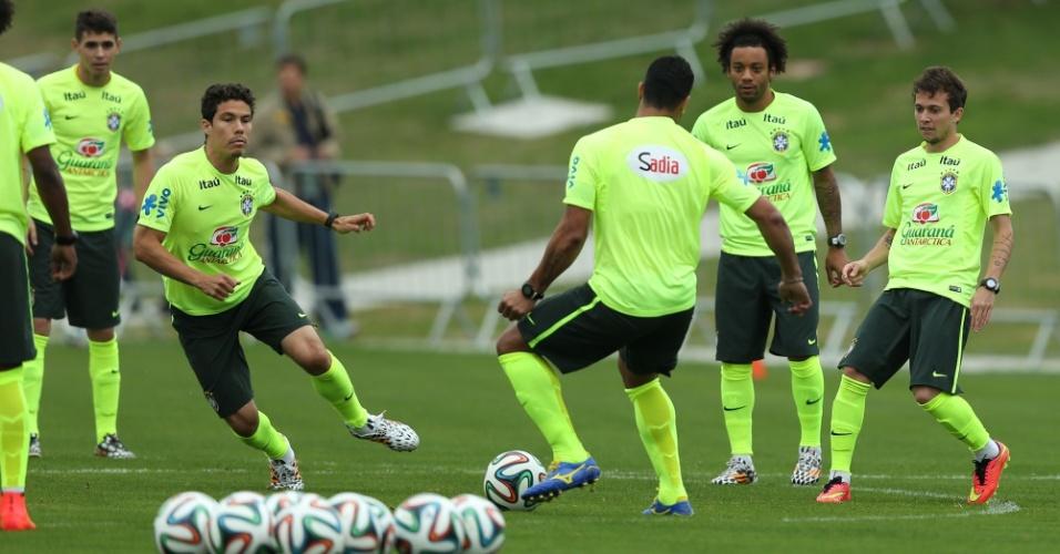 Seleção brasileira treina cruzamentos na tarde desta sexta-feira