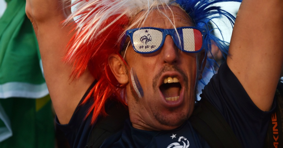 Será que Ribéry continua abalado com o corte sofrido às vésperas da Copa? O sósia do craque francês foi só sorrisos na Fan Fest de Copacana durante a goleada por 5 a 2 em cima da Suíça