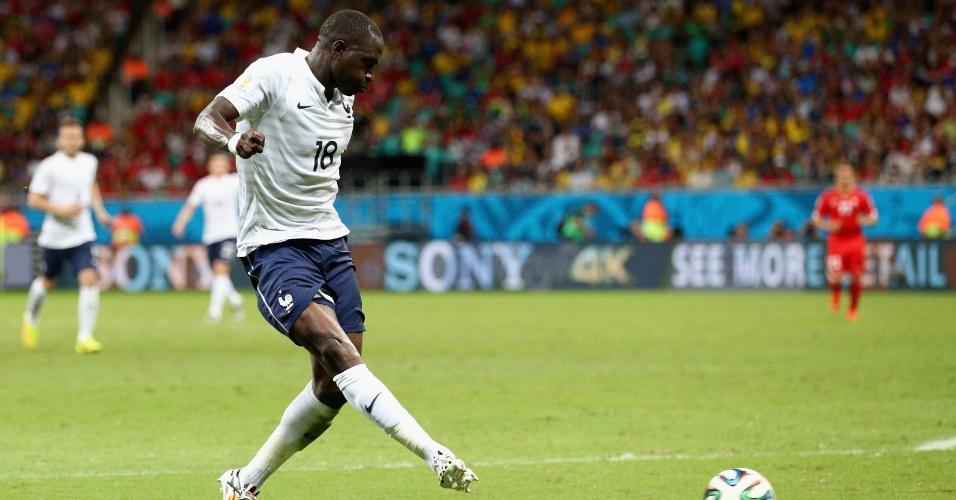Sissoko finaliza para marcar o quinto gol da França contra a Suíça, na Fonte Nova