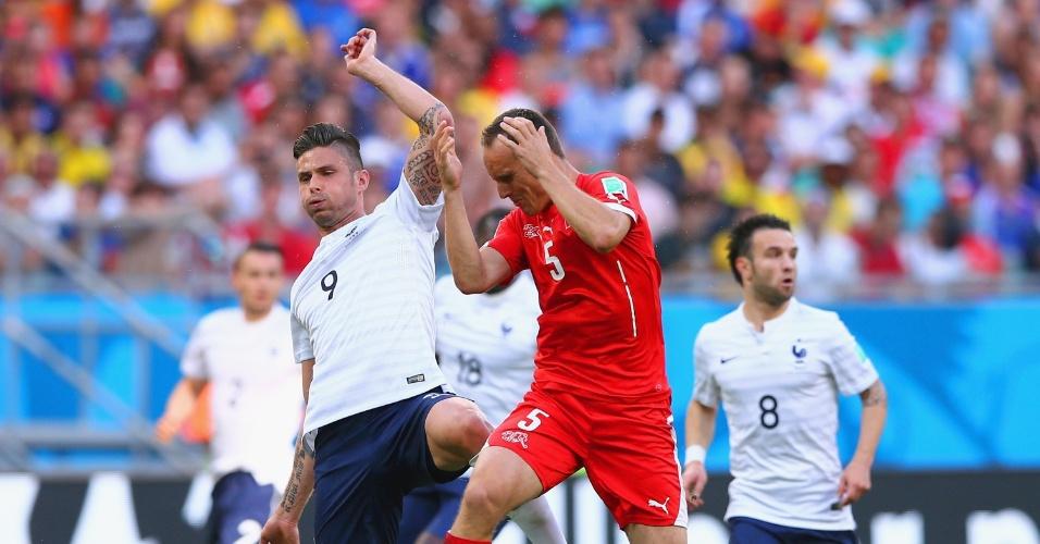 Steve von Bergen, de vermelho, divide a bola com o francês Giroud e é atingido no rosto. O suíço precisou ser substituído