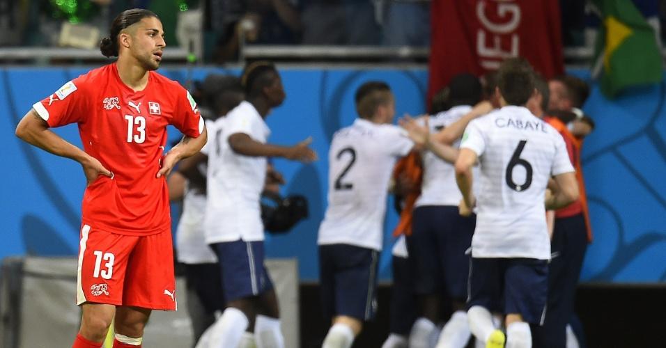 Suíço Ricardo Rodriguez lamenta gol sofrido, enquanto os franceses comemoram na Fonte Nova