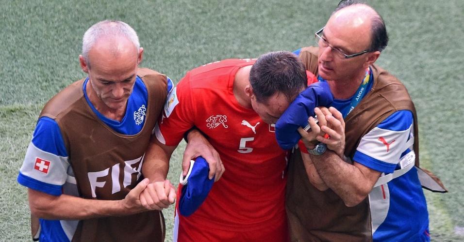 Suíço Steve von Bergen deixa o gramado da Fonte Nova após ser atingido no rosto pelo francês Giroud
