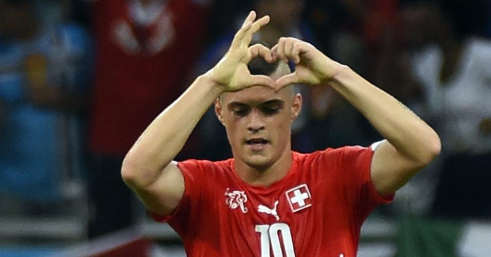 Suíço Xhaka faz coração com a mão para comemorar seu gol na partida que a França venceu por 5 a 2