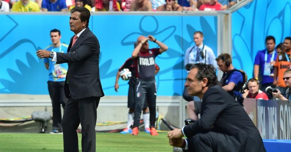 Técnicos da Itália e Costa Rica acompanham atentamente a partida na beira do campo