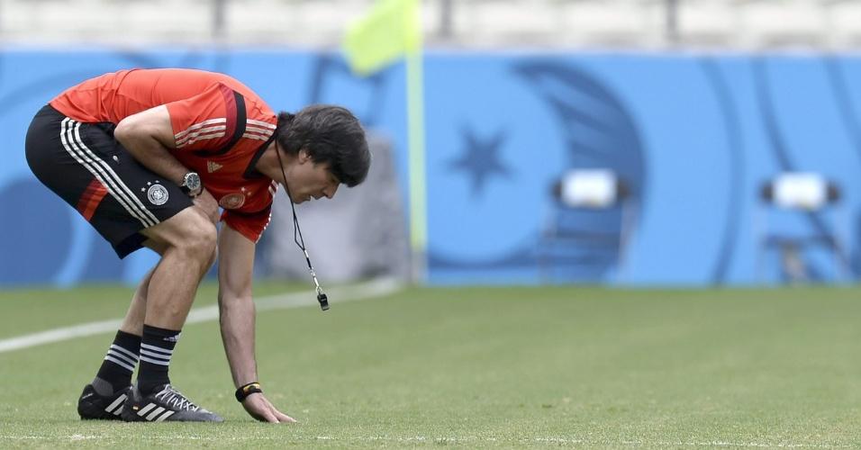 Técnico da Alemanha Joachim Löw testa de perto o gramado do Castelão no treinamento da Alemanha antes da partida deste sábado, contra Gana