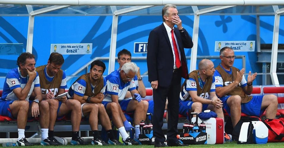 Técnico da Suíça, Ottmar Hitzfeld, observa a partida contra a França e lamenta após gol sofrido na Fonte Nova