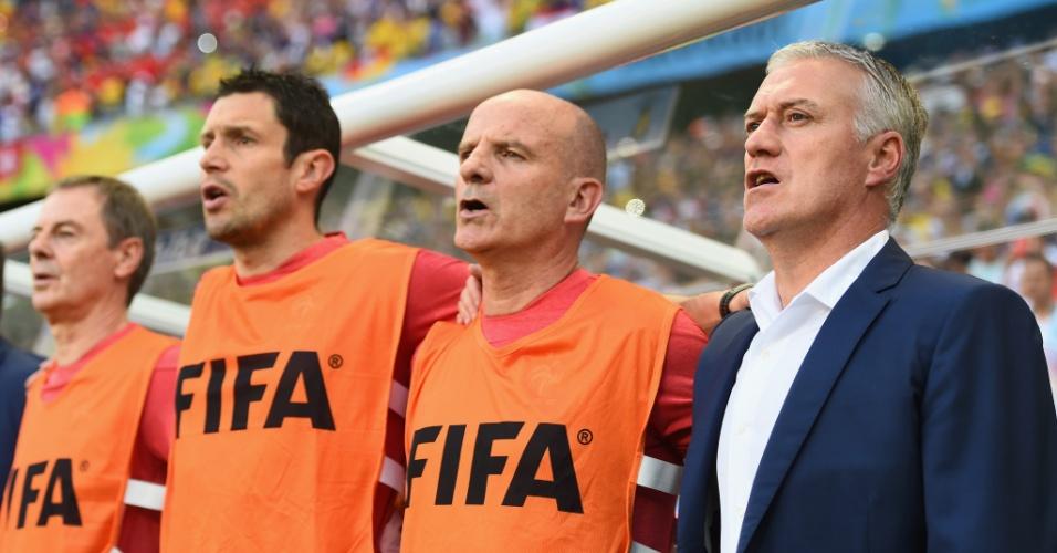 Técnico francês Didier Deschamps (de terno) e comissão técnica cantam o hino nacional antes do jogo contra a Suíça